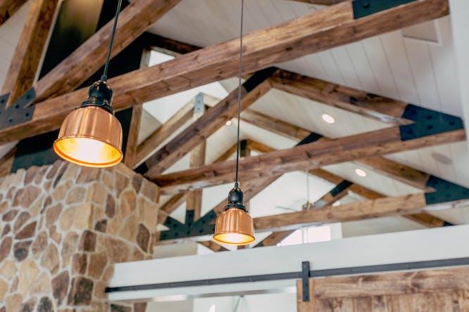koperen hanglamp voor boven de eettafel