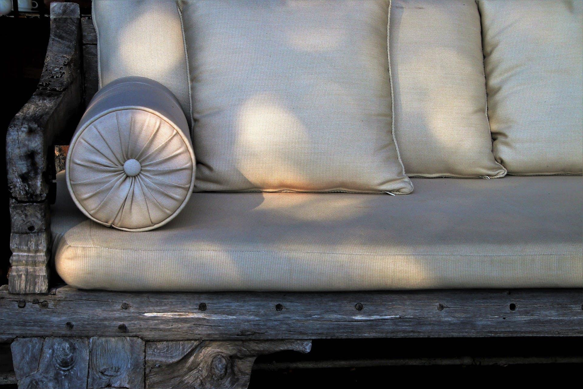 Langwerpige ronde kussens voor op de bank woonartikel