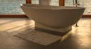 natte vloer bij een vrijstaand bad