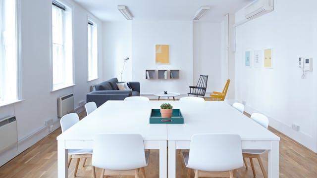 Wat voor kleur stoelen bij een witte tafel woonartikel.nl