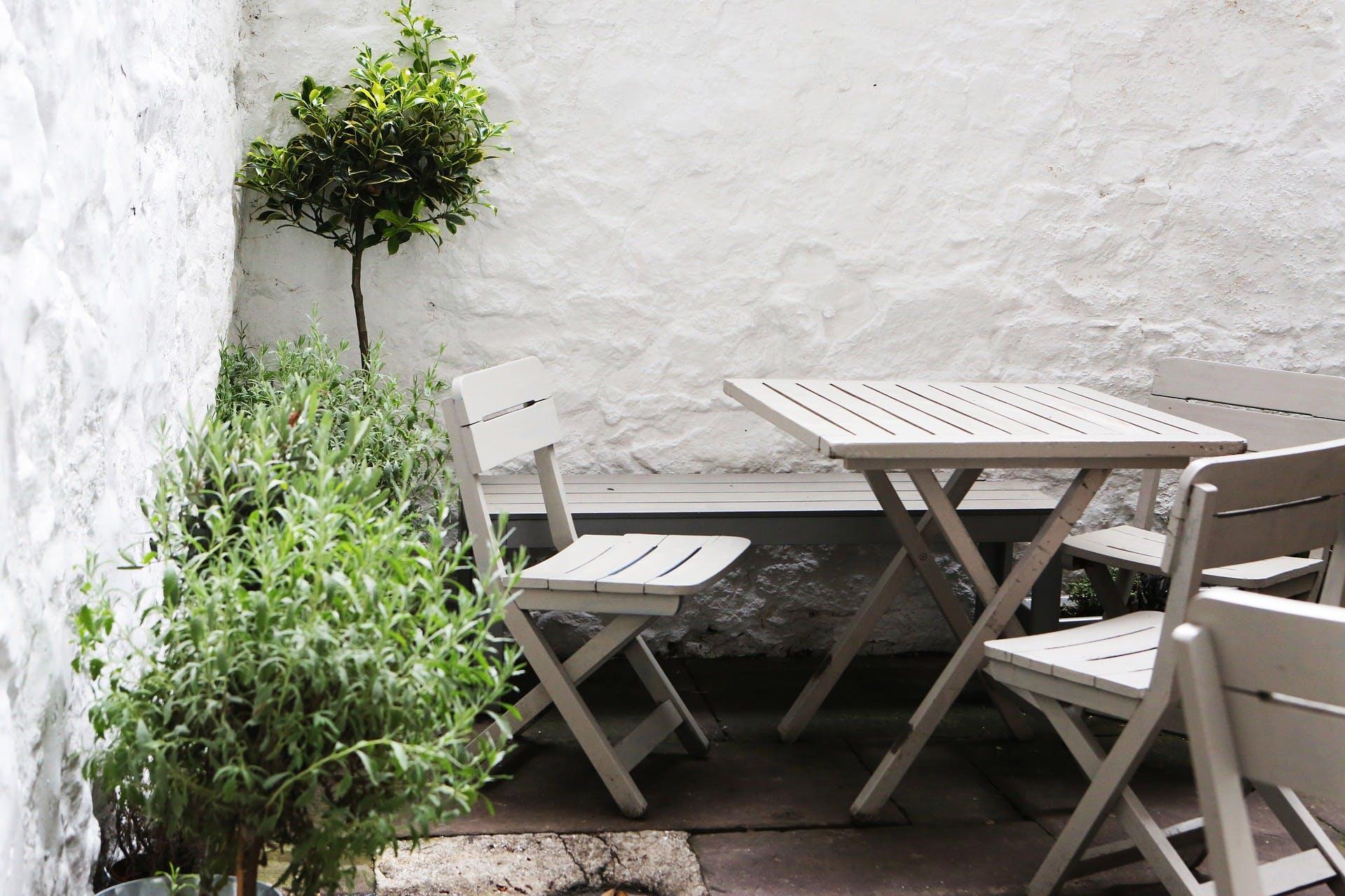 Bad Tafel Hout : Witte houten tuinstoelen voor aan de tafel woonartikel